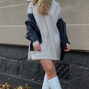 Säljer min supermysiga stickade klänning från Chiquelle. Inte riktigt kommit till användning så i nyskick! Den är i Onesize och sitter lite oversized på mig som vanligtvis är S! Buda från 180kr exklusive frakt❤️🔥