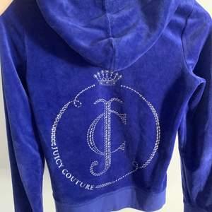 Blå Juciy hoodie i strl S med stenar på baksidan och framsidan. Använd men fortfarande i bra skick (på bilden är det spegeln som är smutsig, inte tröjan). Alla stenar sitter kvar!💕