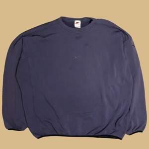 En rare Nike Middle Swoosh sweatshirt från 90-talet. Är i storlek XXL. Är fläckig på armen  men annars i fint skick.