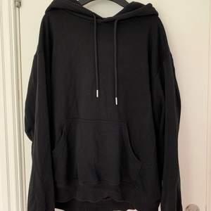 Supersnygg oversized svart hoodie! Storlek S men blir som sagt lite oversized.