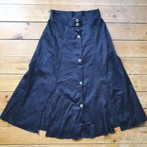 jättefin kjol! hög midja, knappar fram, markering i midjan å slitsar :-)