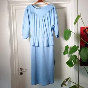 Fantastisk blå vintageklänning med tillhörande skärp i samma färg. En knapp i nacken. Mjukt och lite stretchigt material🍀