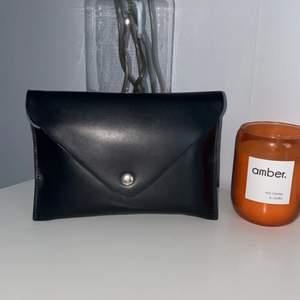 En liten svart kuvertväska för både utgång och vardagar som får plats med de mest nödvändigaste, väldig stilig detalj till era outfits<3