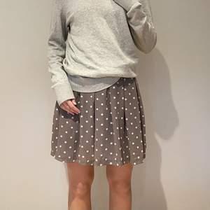 Prickig kjol i storlek 36, men passar mer som storlek 38. Säljs vid bra bud, köparen står för frakten😊 Oanvänd