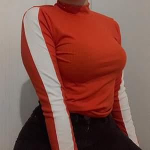 Orange polotröja med stripes på ärmarna. Skriv ett pris som känns rimligt för dig vid intresse! Hör av dig för fler bilder eller frågor!🧡