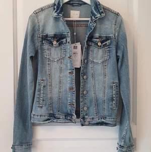 Blå jeansjacka från VILA i storlek S. Aldrig använd - prislapp kvar. Köparen står för eventuell frakt.