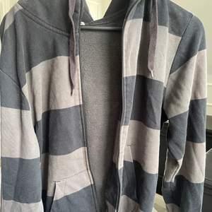 Randig Zip hoodie köpt secondhand⭐️ Okänd storlek men sitter oversize på mig som är S så skulle gissa på M herr! Skriv för fler bilder💕