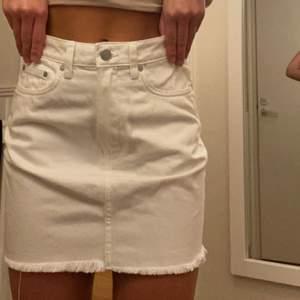 En vit jeanskjol från Weekday. Knappt använd, dvs fint skick. Perfekt nu till sommaren med lite bruna sommarben. Säljs pga att jag ej använder den längre.