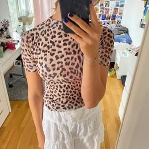 Superfin leopard tröja i tunt tyg, blir inte genomskinlig🥰 Fint skick, sparsamt använd💕 Hör av er ifall ni undrar något💜💜