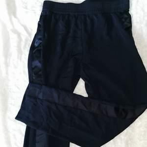 Köpte byxorna på Cubus 2019 och dom går inte att köpa längre. Byxorna har legat i garderoben och blivit bortglömda. Jag säljer dem för att dem tyvärr inte passar längre. Stretching midja och normal i storlek. Fri frakt.