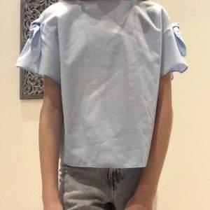 En helt oanvänd blus från Zara som inte kom till användning. Större i storleken!💕