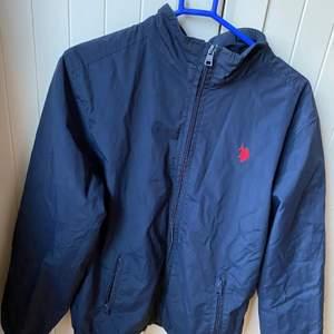 Säljer åt min pojkvän! Säljer en fin jacka i väldigt tunt material, jackan är ifrån Tommy hilfiger och är i storlek 14-15 år så skulle tippa på XS eller small