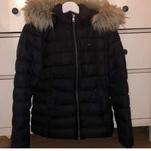 Säljer denna snygga jacka från Tommy hilfiger i storlek S. Den är sparsamt använd så den är i fint skick. Nypris: 2300kr. Köparen står för frakten🥰