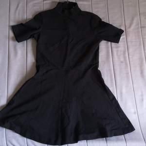 För begravningen, klubben eller picknicken - den här klänningen är IT. Sad af att jag inte är lika skinny anymore för den är så fucking snygg vilket kanske inte syns i helhet för jag var för lat att stryka den. Dragkedja i nacken. Mer bilder kan fixas!