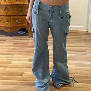 tänkte sälja dessa sjukt snygga flared låg midjade jeans som jag verkligen älskar men tyvärr är de alldeles för långs för mig som är 158😢😢😢 de skulle nog passa nån som e runt 170. de är i storlek 36 eu size och us size 4.
