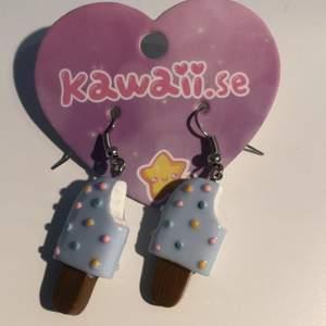 gulliga glass örhängen som är nyskick, kan använda om man är kawaii goth/ pink goth!