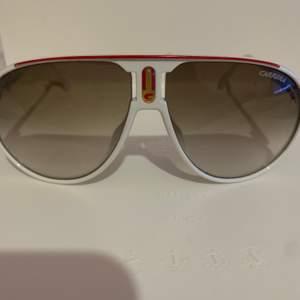 Ett par gamla solglasögon från carrera, dessa är köpta direkt från Italien men kvittot har slarvats bort. De är äkta och otroligt sköna. För mer information eller frågor kontaktas jag privat.