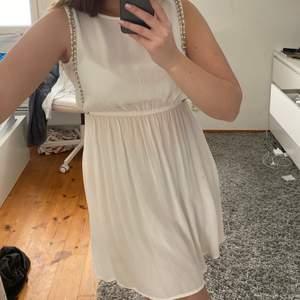 Jättefin klänning som passar perfekt till studenten eller skolavslutningen, lite genomskinlig men med beiga underkläder fungerar det! Köparen står för frakten.