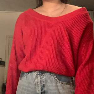 Röd stickad tröja i en offshoulder modell. Storlek M och köpt på Gina Tricot.