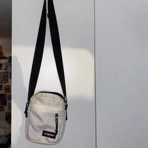 Eastpak väska fast inte så vit😅 Köpt från humana i vintageskick! Säljer pga kommer aldrig till användning. Ficka på fram och baksida, även en innerficka. 120 med frakten inräknad i priset 🤍