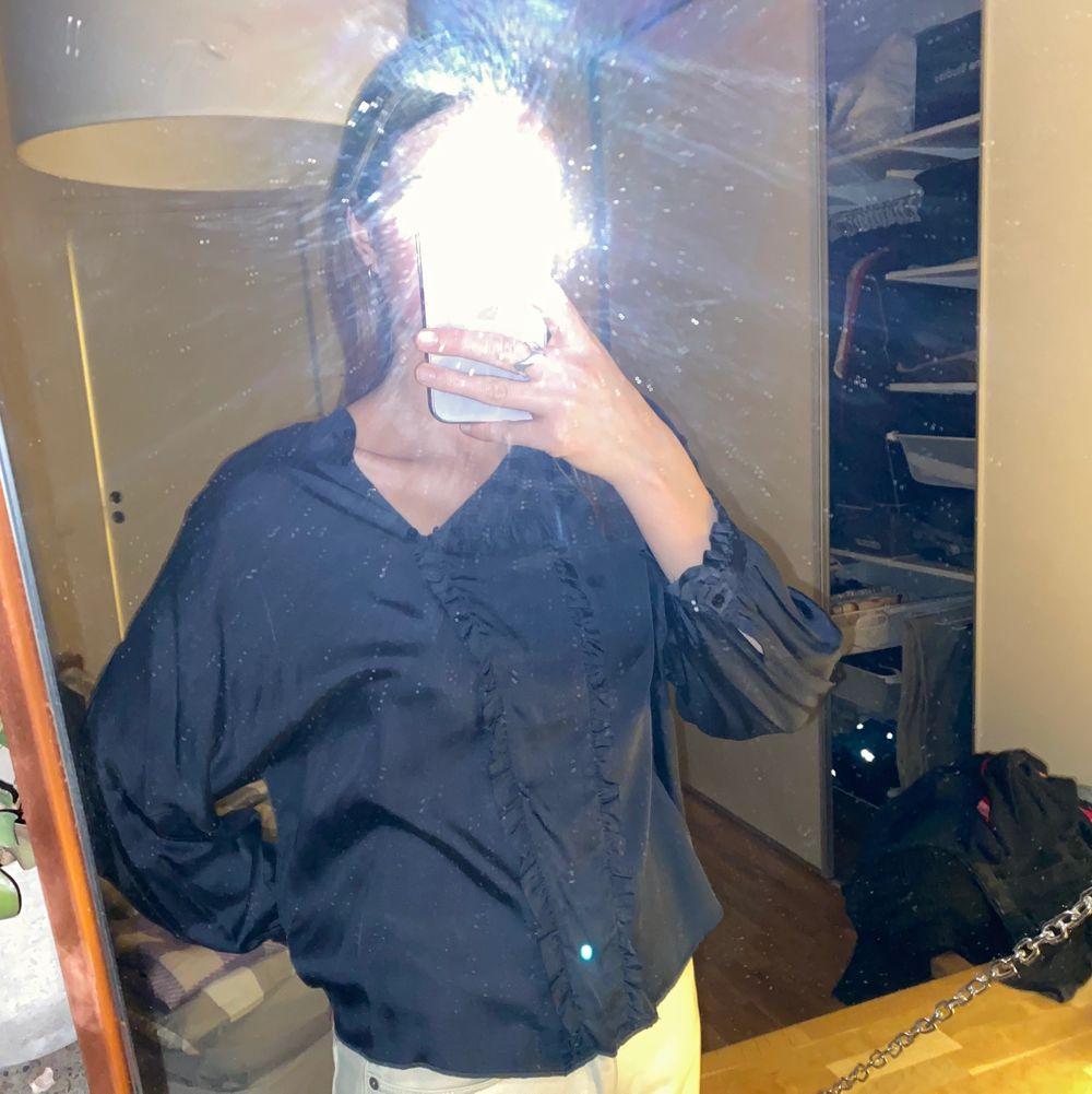 Mörkblå blus (satin) med detaljer från Zara. Strl. S. Säljs då den är lite för kort för mig i armarna. . Blusar.