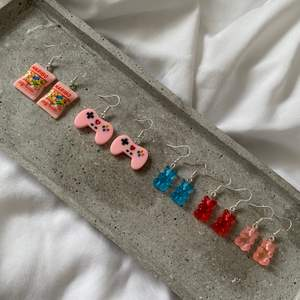 Supersöta örhängen med olika motiv! Priserna är 69kr/styck för gummibjörnarna och 79kr/styck för haribo och spelkontrollen! Alla örhängen är nickelfria och har matchande halsband i en enskild annons! ✨✨