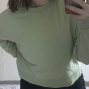 Fin sage green sweatshirt! köpt från pull&bear utomlands och inte använts så mycket! ser ny ut. Lite oversized och kort. köptes för 300kr.