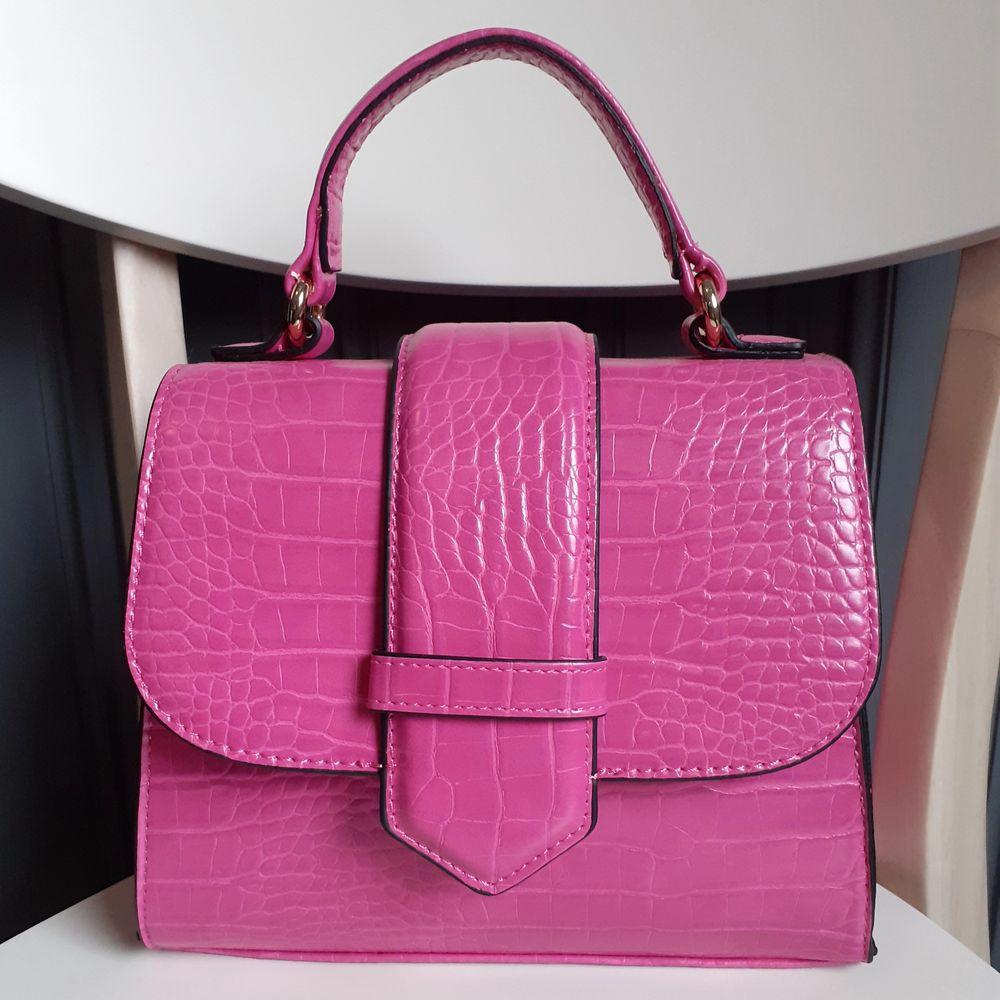 Snygg krokomönstrad väska från JFR(slutsåld på deras hemsida). Endast använd 1gång och i fint skick! Medföljer även ett rosa längre axelband till väskan! Frakt tillkommer på 50kr, jag står för resten då vi delar på frakten💓. Väskor.