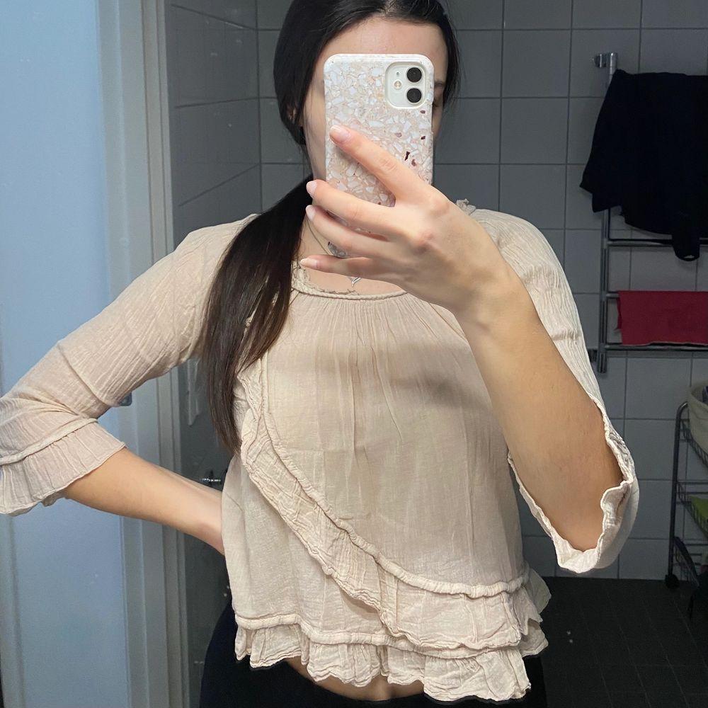 Säljer denna söta blus. Storlek ONESIZE men skulle säga att den passar XS/S. Köparen står för frakt💞. Blusar.