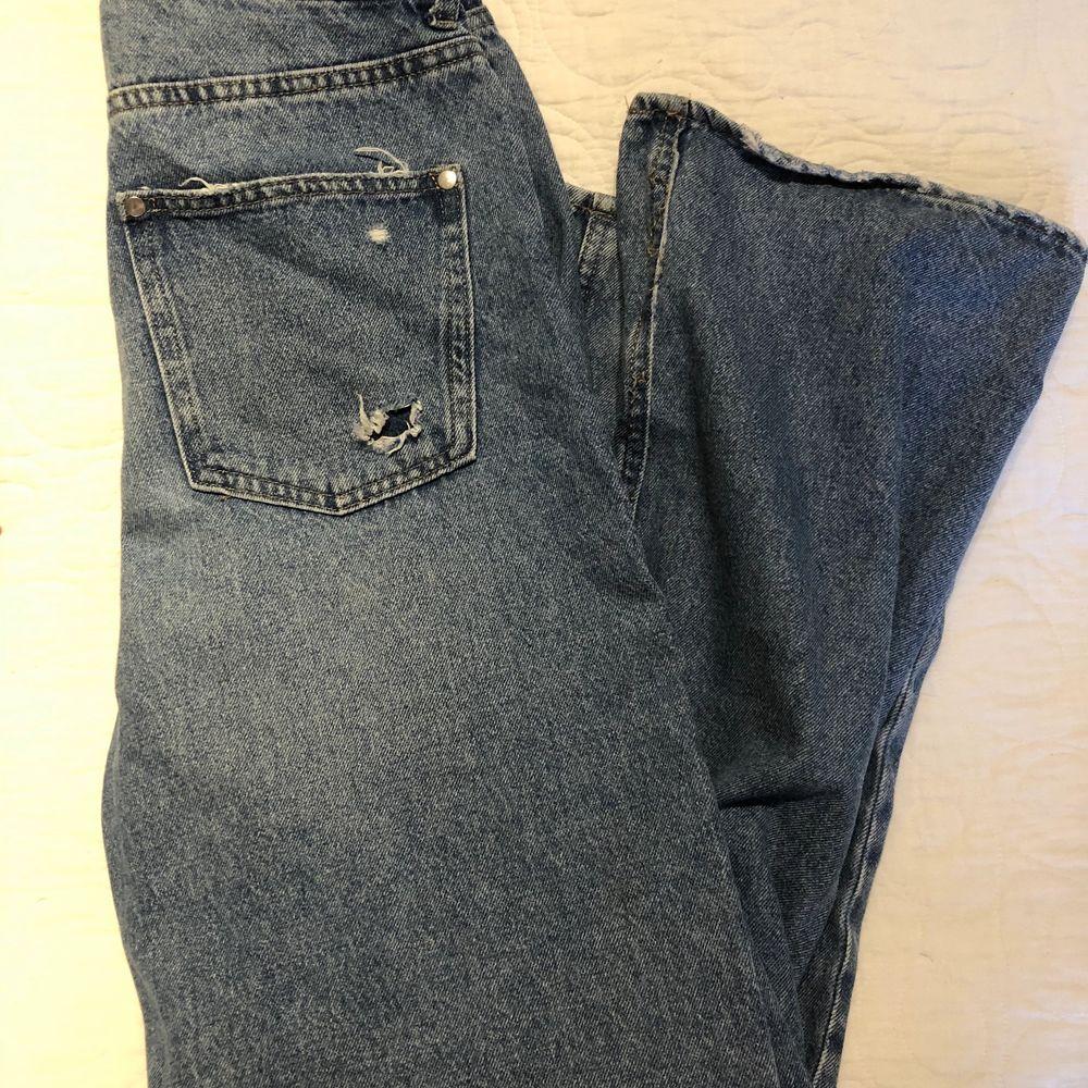Håliga, baggy jeans från H&M. Jag är 165cm för referens. . Jeans & Byxor.