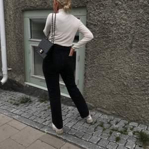 Mycket bra skick!✨ Rowe Jeans från Weekday. Tvätten är svart/grå. Storlek w27 L30. Priset är 250kr + frakt. Vid flera intresserade blir det budgivning💕