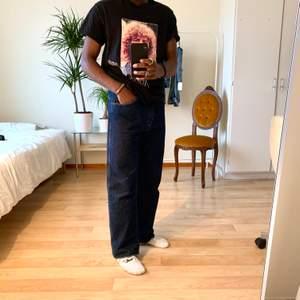 Mörk blå jeans från Wrangler Dark blue Wrangler Jeans W33L32  Följ @diviinethrift på instagram för fri frakt  #wrangler #streetwear #mörkblå #bredajeans #straightjeans #diviinethrift