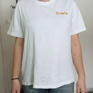 Knappt använd fräsch vit t-shirt från Vero Mode. Storlek XL med broderad text. Jag är en storlek small. Kan skickas med posten beroende på hur dyrt det blir men helst möts vi.