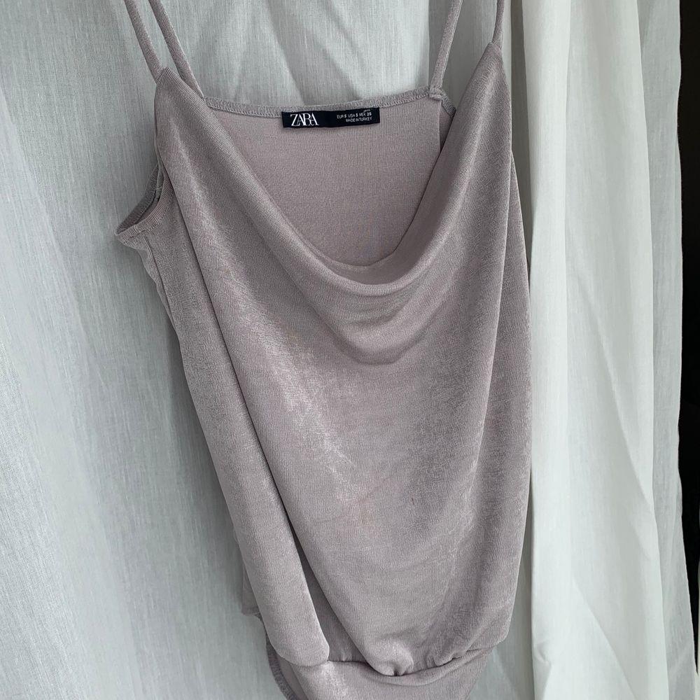 Draperad body från Zara! Silvrig/lila mjukt material 🤍 Storlek S! Aldrig använd.. Toppar.