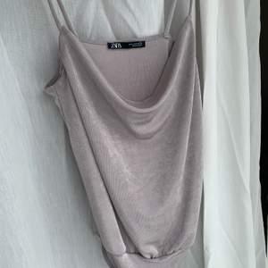 Draperad body från Zara! Silvrig/lila mjukt material 🤍 Storlek S! Aldrig använd.