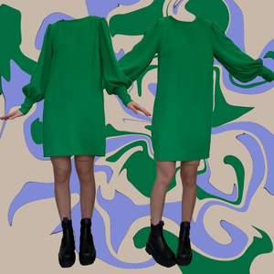 Grön klänning från hm🐉🐲 skick näst intill oanvänd, 60's sexy but classy