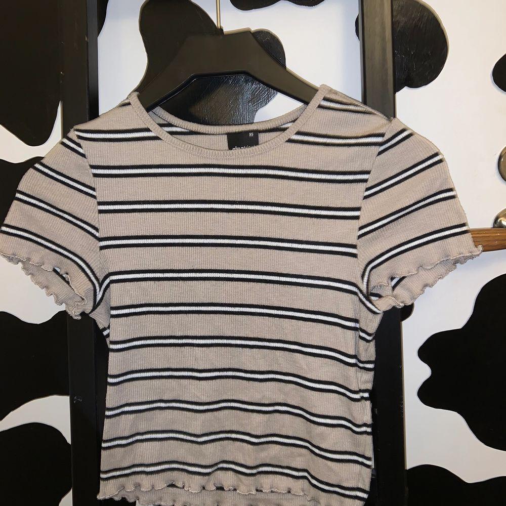 ganska använd men i fint skick. storlek xs, sann till storlek. ifrån ginatricot. frakt på 48kr tillkommer. 💗💗💕. T-shirts.