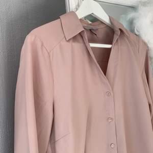 Smutsrosa skjorta ifrån H&M i storlek 36, har ett väldigt mjukt material och den är väldigt bekväm. Passar till både fest och vardags men den hänger bara i garderoben 💓 100% polyester