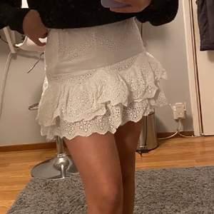 Jättefin kjol som är använd få gånger. Säljer för att jag inte använder den längre. Jag är 165 cm lång, köparen står för frakten❤️