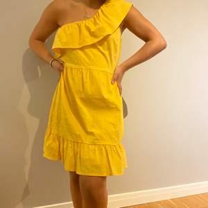 Jättefin gul sommar kläning. Bra skick och stollen är S. Köparen står för frakten