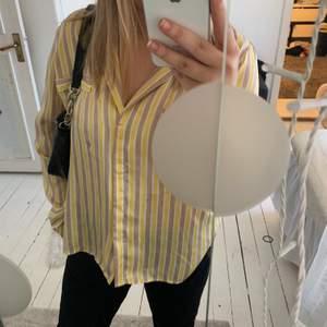 Sååå fin blus från Gina med beigea och gula ränder! Jätteskönt silkes material som faller såå snyggt!