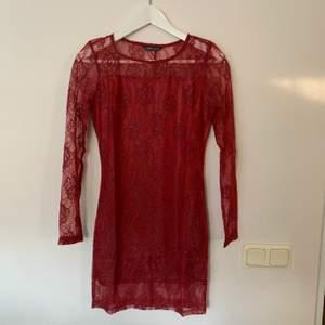 Ny jättefin klänning storlek 36. Spets, kort och tajt 😍  Den var för kort på mig tyckte jag (jag är 1.75 cm) Jag ordnar alltid paketpris om man handlar mer än en sak hos mig!