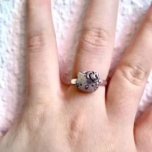 'Hello Kitty' Ring - 29kr  Fraktkostnad 19kr  Finns möjlighet att mötas upp i centrala Stockholm efter överenskommelse. - därav ingen fraktavgift.