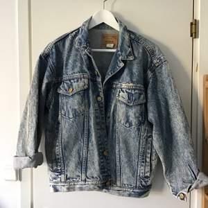 Snyggaste jeansjackan som jag haft i flera år! Den är köpt vintage men är i så bra skick! Det finns slitage vid ena bröstfickan som var där när jag köpte den. Midjan går att justera. Storlek XS och passar XS-L (jag har M och den sitter supersnyggt på och går att stänga)
