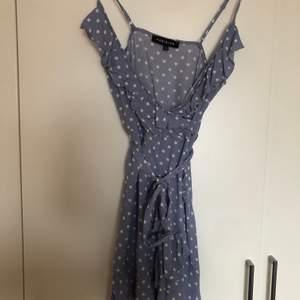 Säljer en klänning från Parisian, tror den är köpt på madladys hemsida. Klänningen är aldrig använd, storlek 36. Hittade klänningen i en långärmad modell, så klänningen ser ut som på bilden fast utan ärmar. Kostade 400kr ny ✨