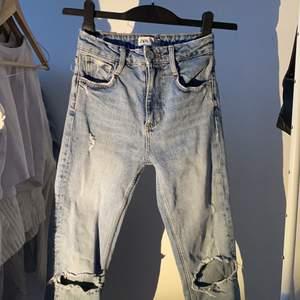 blå jeans från zara med hål i knäna i storlek 32. nästan som nya, små slitningar men inget som syns.
