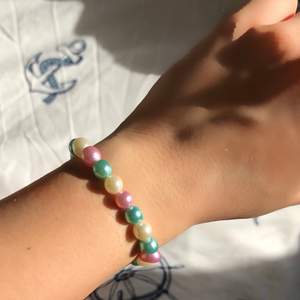 Jättegulliga och superfina pärlor i pastell. Armbanden är onesize men går absolut att be om specifik storlek runt handleden. Kostar 40kr styck och jag står för frakten💗🥰.