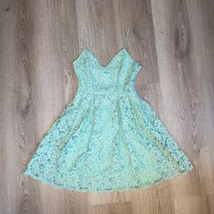ÄLSKAR DENNA KLÄNNING!! så himla fin klänning jag köpt på H&M för 699 kronor. Dragkedja vid sidan. Står ej för frakten. Säljs pga för liten. 170 inkl frakten.