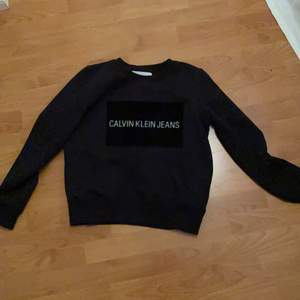 Säljer denna sjukt snygga sweatshirt!!! Har använt den ett par gånger. Säljer pga att den inte kommer till användning längre:( Själv har jag storlek S men passar de som har XS också!!💕Kan diskutera pris😃