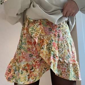 Säljer denna fina volang kjolen ifrån ginatricot. Köpte den förra sommaren och sen dess har den endast används runt två gånger. Säljer den då den inte passar mig så jätte bra. Orginalpris var 249kr. Storleken passar er som bär xs-s.